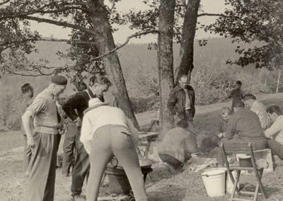 A Rozsnyói fúvós zenekar tagjai bográcsgulás főzés közben