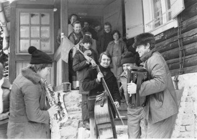 Jó hangulat a Pozsálói menedékház elött, 80-as évek